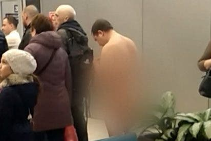 Vídeo: Hombre totalmente desnudo intenta embarcar en un avión