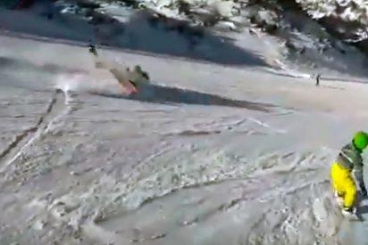 Un snowboarder arrolla brutalmente a una mujer y se da a la fuga (VÍDEO)