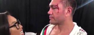 Boxeador abusa de una periodista en medio de una entrevista