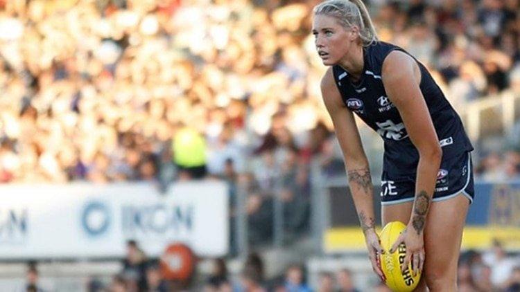"""La imagen de una jugadora de fútbol australiano que genera """"abuso sexual en redes sociales"""""""