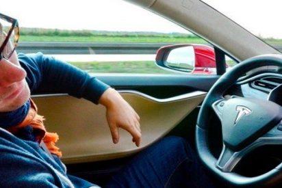 ¡Pillado dormido al volante de un Tesla y a más de 120 km/h!