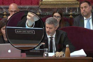 La pegatina del abogado de Junqueras contra los policías que el juez Marchena parece no ver