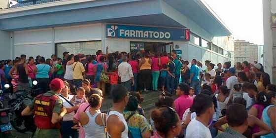 """Venezolanos se alzan ante un """"hijo de p... chavista"""" que pretendía someterlos en un supermercado"""