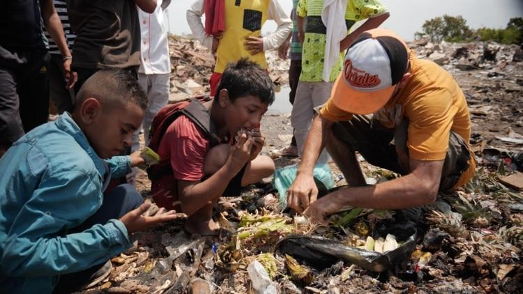 El vídeo que no quieren que veas Iglesias ni ZP: venezolanos se comen un chivo encontrado en la basura