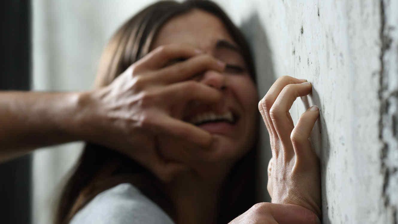 Viola a su propia madre durante la fiesta para celebrar su salida de la cárcel