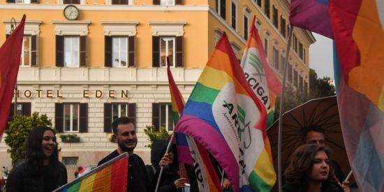 Boicot masivo contra los lujosos hoteles del sultán de Brunéi, quien castiga con lapidación a los gays