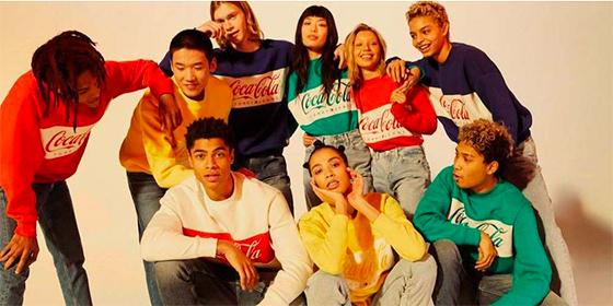 Tommy Hilfiger lanza una colección cápsula con CocaCola que te llevará de vuelta a los 80