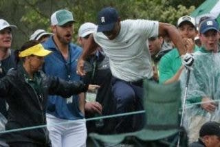 Este guardia de seguridad casi hiere accidentalmente a Tiger Woods en pleno partido
