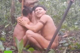 El emocionante instante en el que una tribu aislada se reencuentra con unos familiares 'muertos'