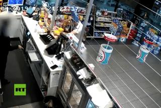 Un ladrón muy tonto, asalta una tienda con una bolsa en la cara y se la quita para guardar el botín