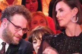 Este presentador se pasa de listillo y besa sin su consentimiento a Charlize Theron y la actriz le deja en rid