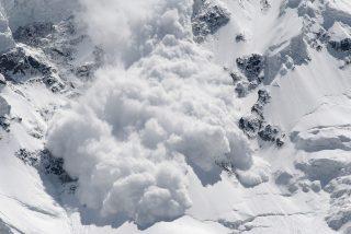 La avalancha  de nieve 'se traga' hasta la cámara que la graba