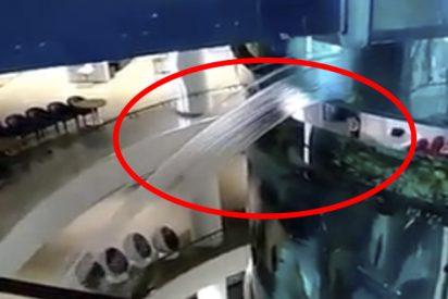 Uno de los acuarios cilíndricos más altos del mundo se rompe en un centro comercial y pasa esto…
