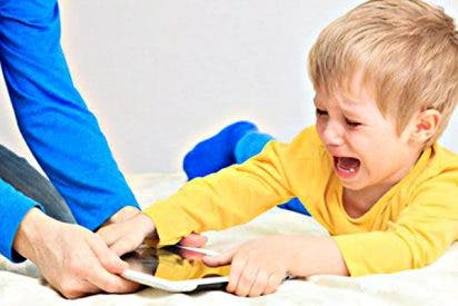 ¿Sabías que si dejas mucho tiempo a tu bebe en el smartphone o viendo tele le estás haciendo daño?