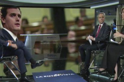 Albert Rivera reprocha en plena entrevista en Antena 3 el mal gusto de la cadena al poner un vídeo