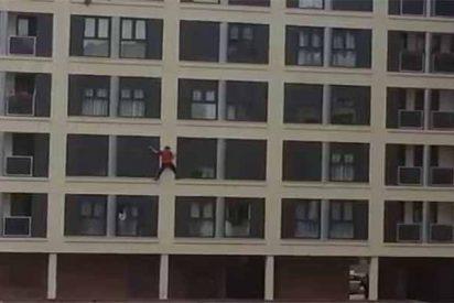 Cae al vacío desde lo alto de un edificio mientras caminaba por el alfeizar de las ventanas