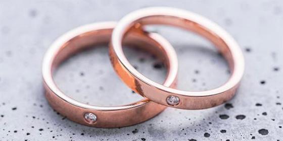 Los anillos de boda machista: Mandan la ubicación y archivos del móvil de la pareja