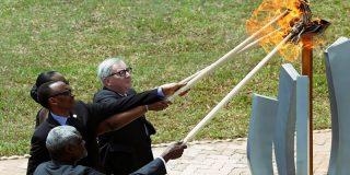 El presidente de la Comisión Europea casi quema con una antorcha a la esposa del presidente de Ruanda