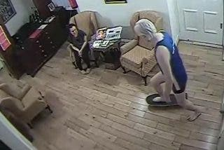 """Fotos: El """"malcriado"""" de Julian Assange en patineta y ropa interior por los pasillos de la embajada de Ecuador"""