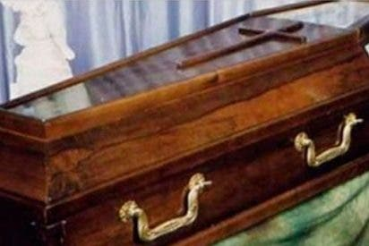 Un hombre sorprende a sus familiares al volver a casa pocas horas después de su propio funeral