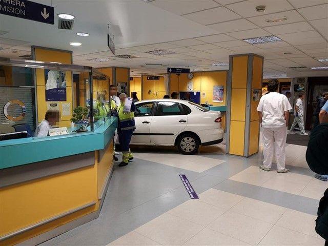 Cansado de esperar su turno en el Hospital, estrella su auto en Urgencias