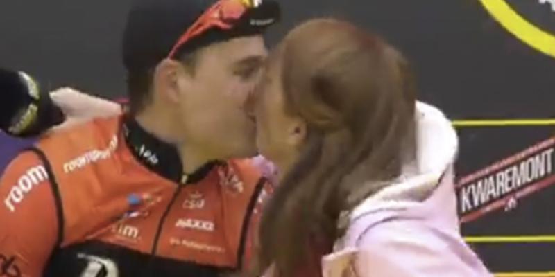 El imprevisto beso en la boca de una periodista y un ciclista momentos antes de una carrera