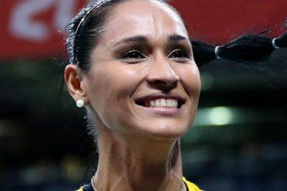 Así se desmaya la bicampeona olímpica de voleibol en plena entrevista