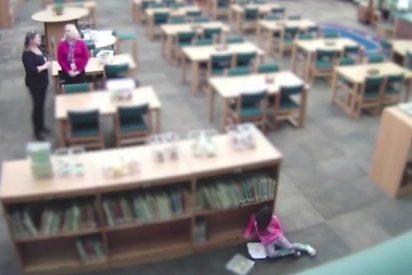 """Vídeo: Maestra patea a su alumna de cinco años y luego miente: """"Se lanzó contra la biblioteca"""""""