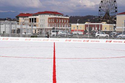 Inauguran en Rusia este campo de fútbol hecho a partir de 50.000 vasos de plástico recicladas