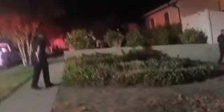 Momento en que la Policía rescata a un hombre inconsciente dentro de una casa en llamas
