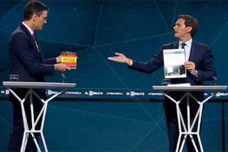 Feliz Día del Libro: Rivera le suelta a Pedro Sánchez su 'fake-tesis' para ver si se la lee y el socialista le entrega el libro de Dragó sobre Abascal