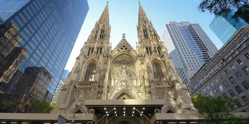 La policía detiene a un hombre tras entrar en la catedral de Nueva York con dos bidones de gasolina