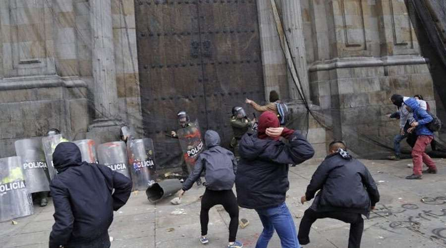 Una turba ataca la Catedral Primada en Colombia