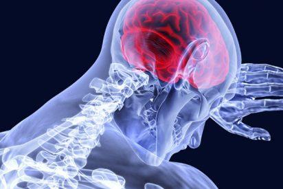 Implantan de nuevo una prótesis en el cráneo que permite al paciente oír y modular la audición con el móvil