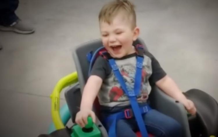 Estudiantes diseñan una silla de ruedas eléctrica para un niño sin recursos