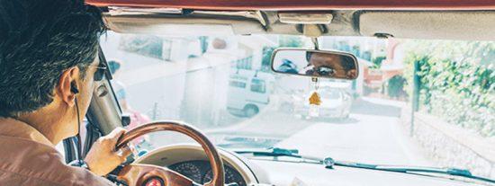 Detienen a un hombre que fingió ceguera para recibir subsidios tras ser visto conduciendo un coche