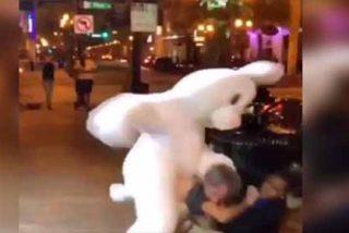VÍDEO: la paliza brutal de un conejo de Pascua a una pareja en las calles de Orlando