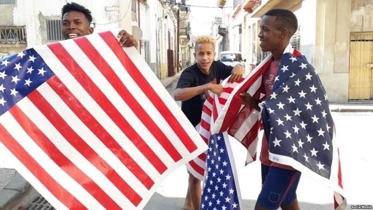 Arrestan a un joven por correr en La Habana con la bandera de EEUU