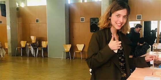 Leticia Dolera posturea haciendo creer que era la primera vez que votaban las mujeres en España y le llueven palos hasta de los suyos