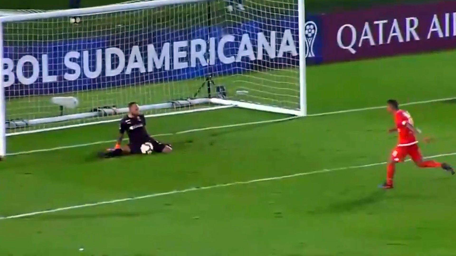 Despiden al futbolista que lanzó el penal más ridículo de la Copa Sudamericana