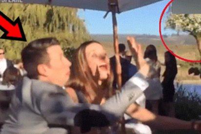 Esta chica soltera quiso atrapar el ramo de la novia, pero su pareja se lo impidió así