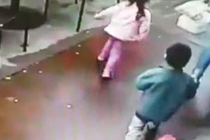 Esta mujer y sus hijos se salvan milagrosamente de ser atropellados al estrellarse un coche contra un restaurante