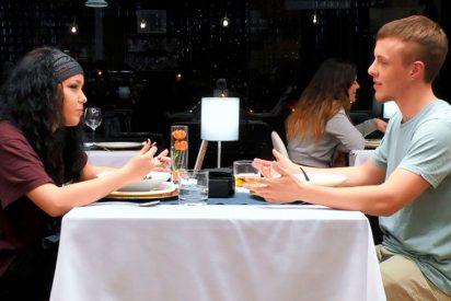 Confiesa a su pareja de mesa en 'First Dates' que es transexual y su reacción le deja sin respiración
