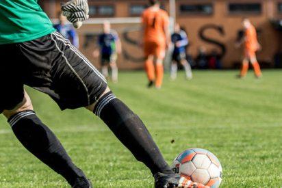 Este futbolista sufre una insólita lesión al saltar al campo y saludar a su compañero