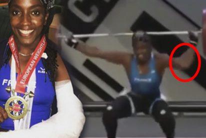 Así fue el escalofriante grito de dolor de esta atleta al partirse un brazo tratando de levantar 107 kilos