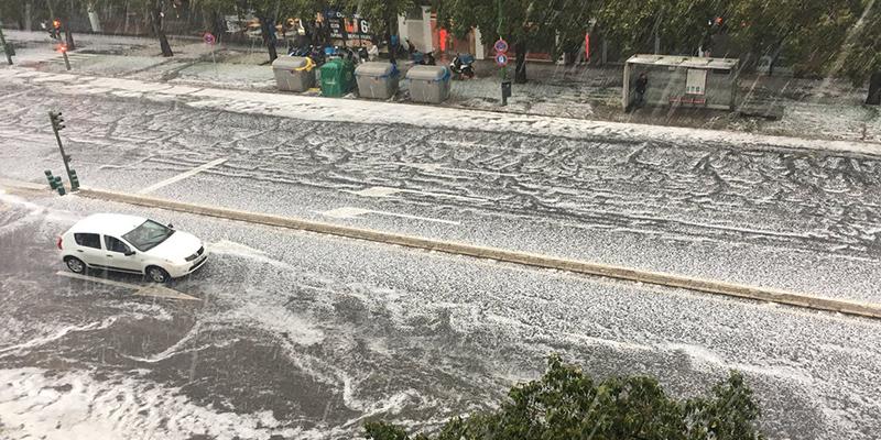 Esta insólita granizada tiñe las calles de blanco en Sevilla dejando muchas procesiones sin salir