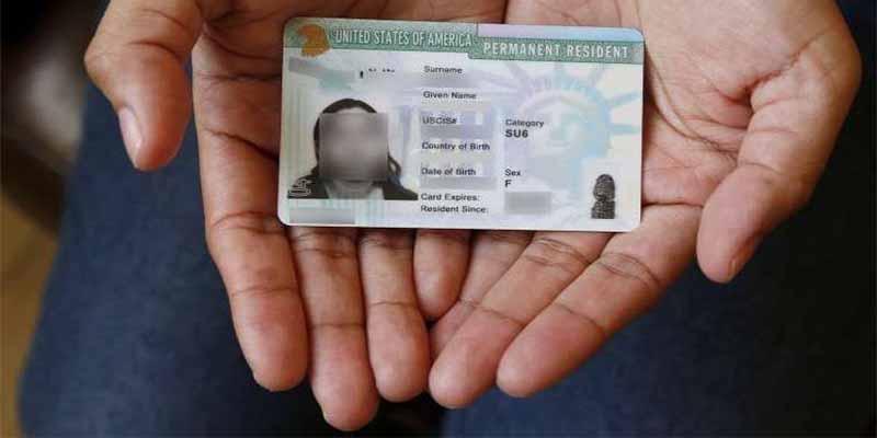 Estafador latino vendía 'Green Cards' falsas a 300 dólares pero un error lo puso en la mira de ICE