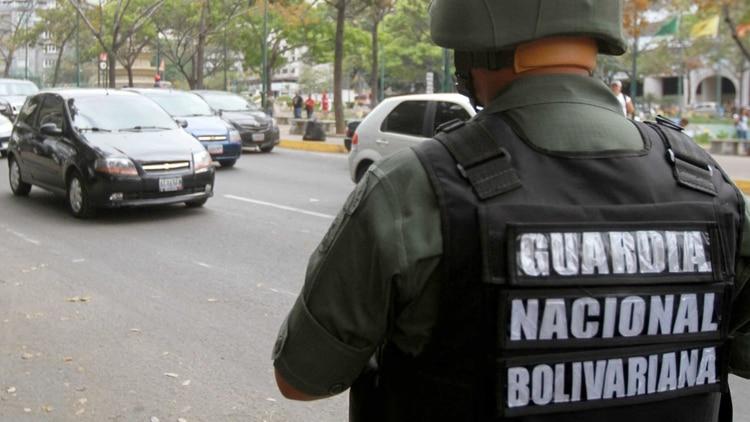 Vídeo: El instante que los militares de Guaidó someten a soldados chavistas