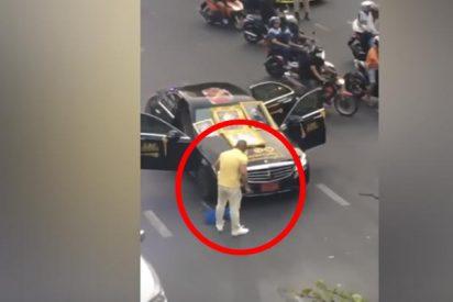 Detienen a este hombre que abrió una bolsa de cobras en una calle para hacer un ritual religioso