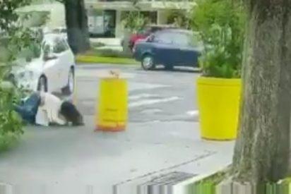 Vídeo: Atropella y mata a puñaladas a su esposa frente a varios policías